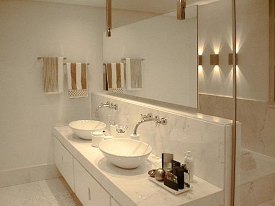 Banheiro  pequeno com arandelas na parede