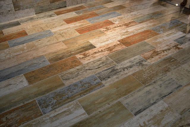 Padrão de cerâmica que imita madeira usada no piso