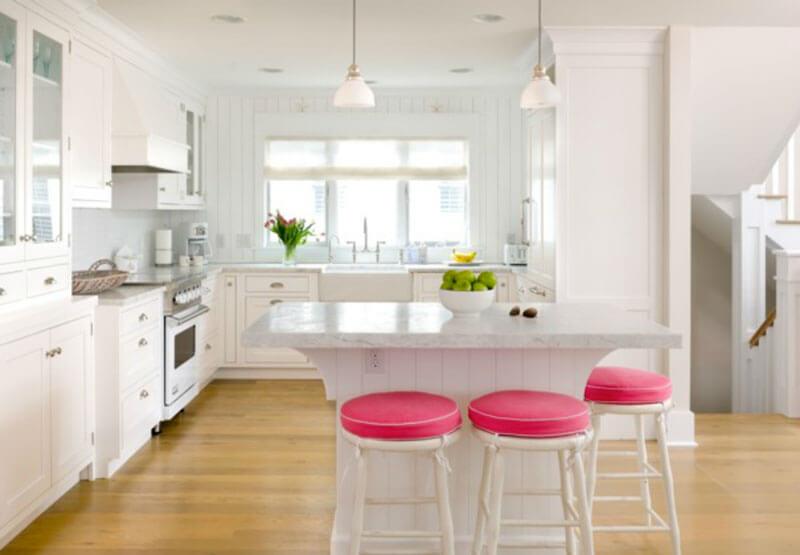 Cozinha branca com detalhes em rosa