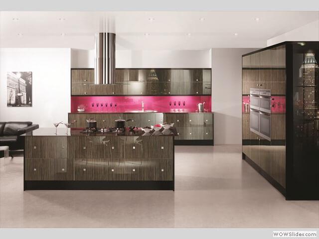 Cozinha rosa em detalhes de madeira escura