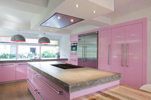 Decoração de cozinha rosa com tampo de pedra