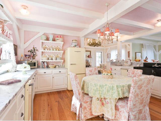 Cozinha de casa de campo decorada em tons de rosa claros
