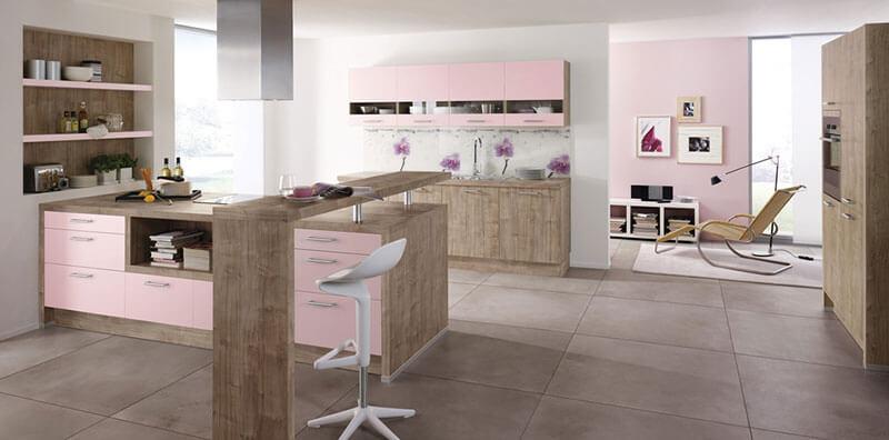 Cozinha simples em rosa e madeira em tom cerejeira