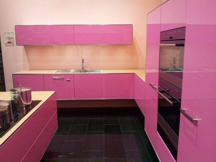 Cozinha simples em ton de rosa choque