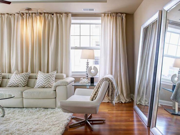Apartamento Quitinete decorado com poltrona e espelho na decoração