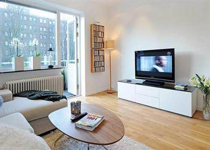 Sala de TV pequena com sofá