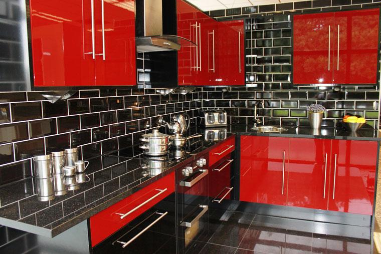 Decoração de cozinha com móveis vermelhos