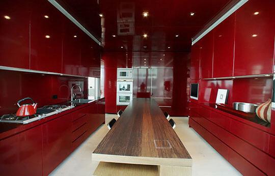 Decoração de cozinha vermelha com balcão de madeira