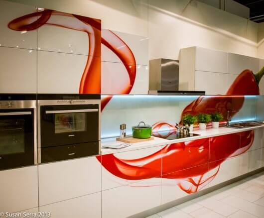 Cozinha decorada em branco com adesivos decorativos vermelhos