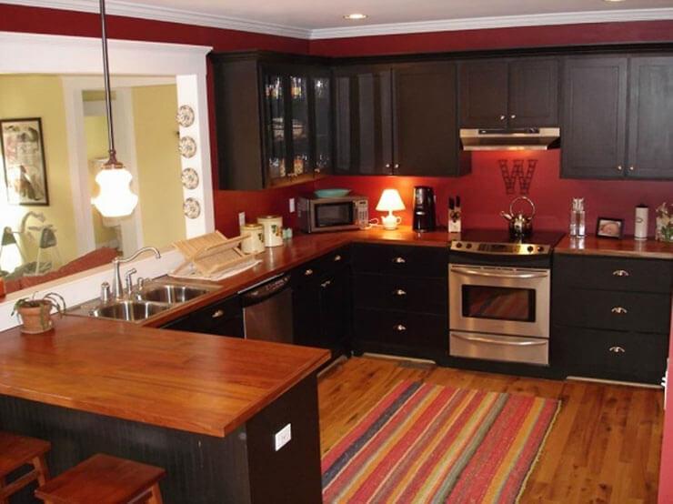 Decoração de cozinha aconchegante em preto com paredes vermelhas
