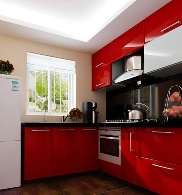 Cozinha simples decorada em branco e vermelho