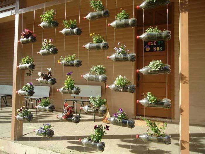Horta pendurada em decoração de varanda