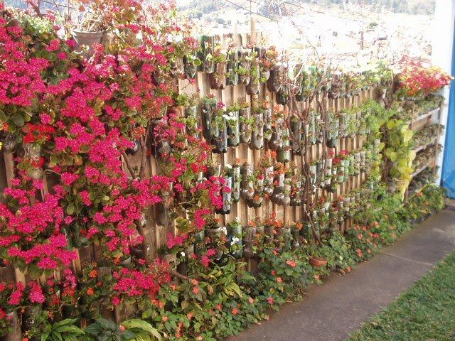 Jardim suspenso florido com garrafas PET