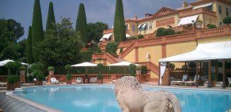 Piscina e jardim de mansão linda e luxuosa