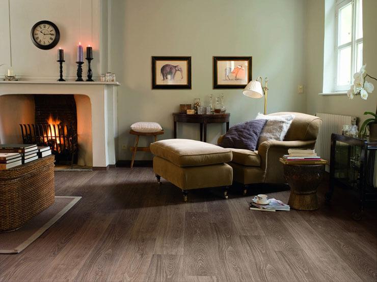 Sala de estar decorada com piso laminado com tonalidade escura