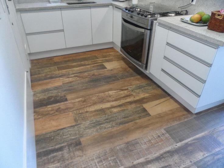 Cozinha com piso porcelanato madeira