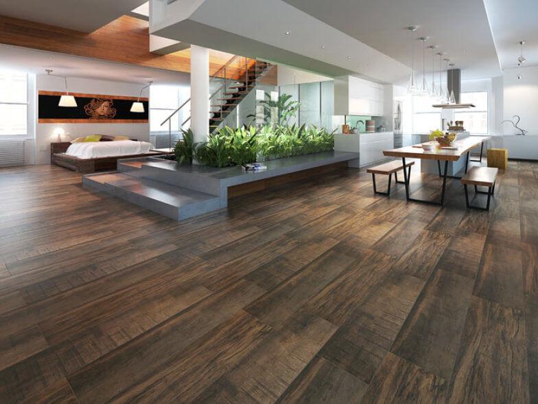 Ambiente residencial amplo com piso porcelanato semelhante à madeira