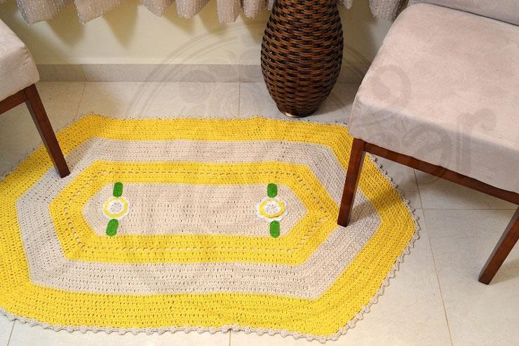 Tapete branco e amarelo em crochê
