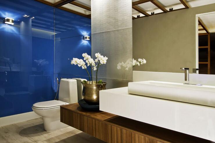 Banheiro azul decorado