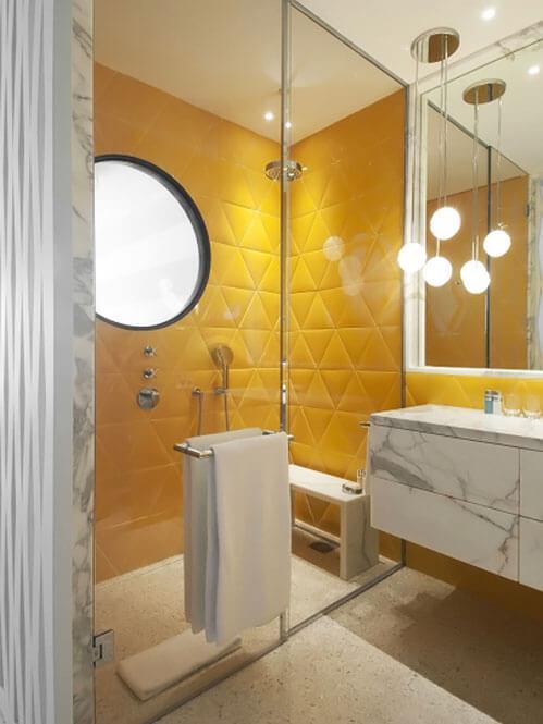 banheiro com cerâmica triangular amarela