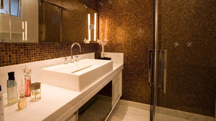 Banheiro decorado com pastilhas cerâmicas