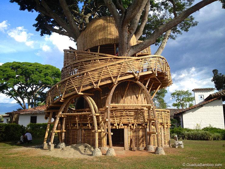 Casa de bambu na árvore
