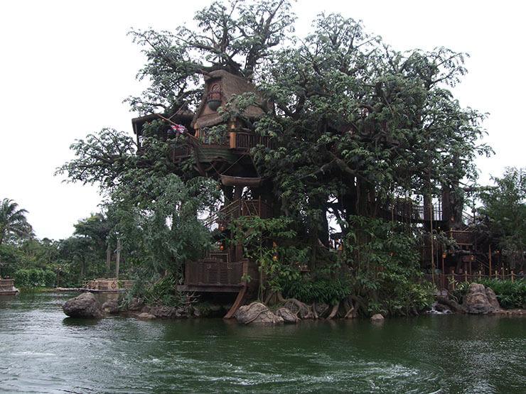 Casa na árvore ampla