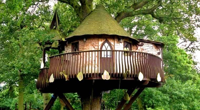 Casa na árvore simples com varanda