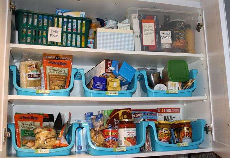 Armário de cozinha organizado com cestos