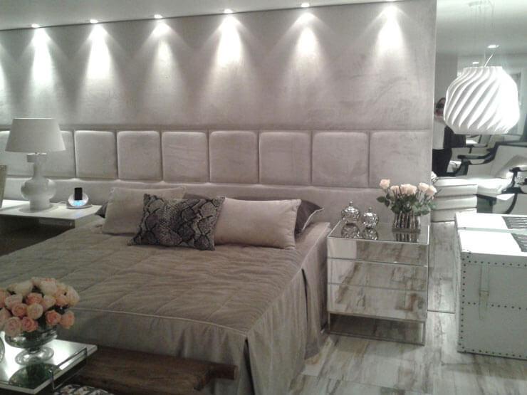 Dormitório de casal decorado com parede de placas de gesso texturizadas