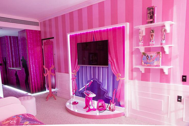 Decoração de quarto da Barbie com paredes listradas
