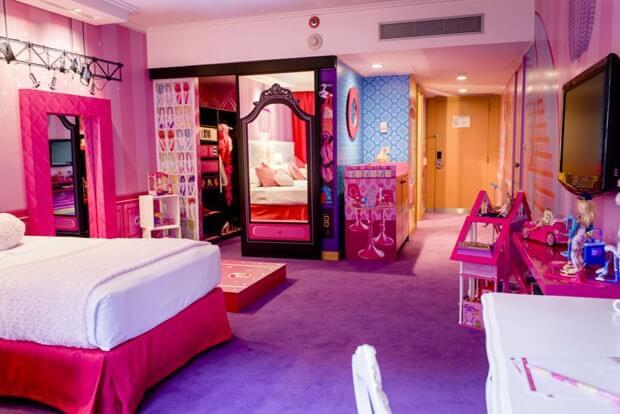 Decoração de quarto de menina da Barbie com espelho