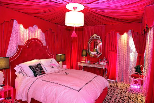 Quarto decorado com tecido rosa