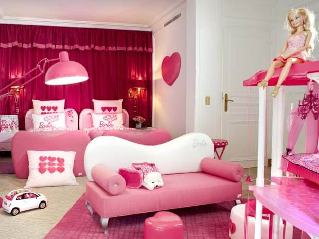 Decoração da Barbie com sofá rosa
