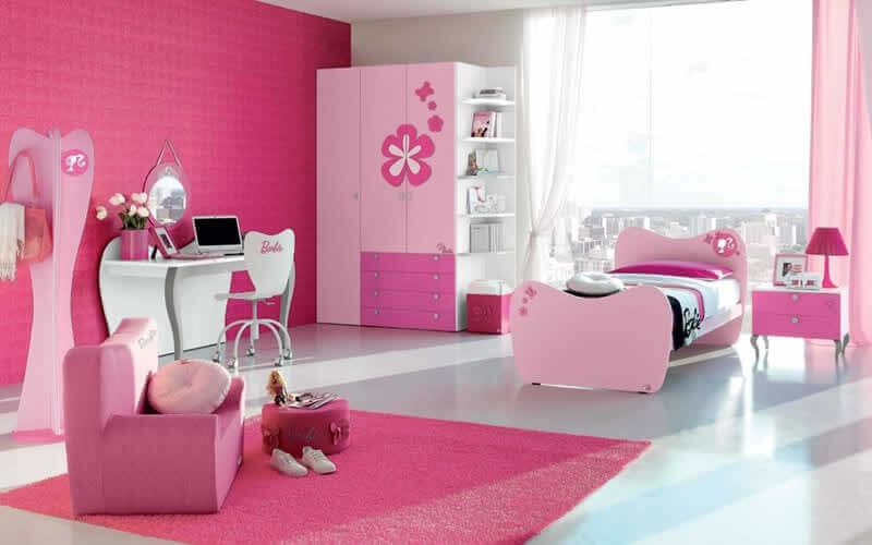 Decoração de quarto infantil com tapete rosa da Barbie