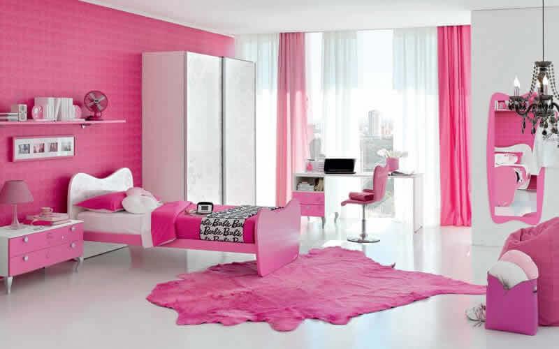 Quarto infantil decorado com parede rosa da Barbie