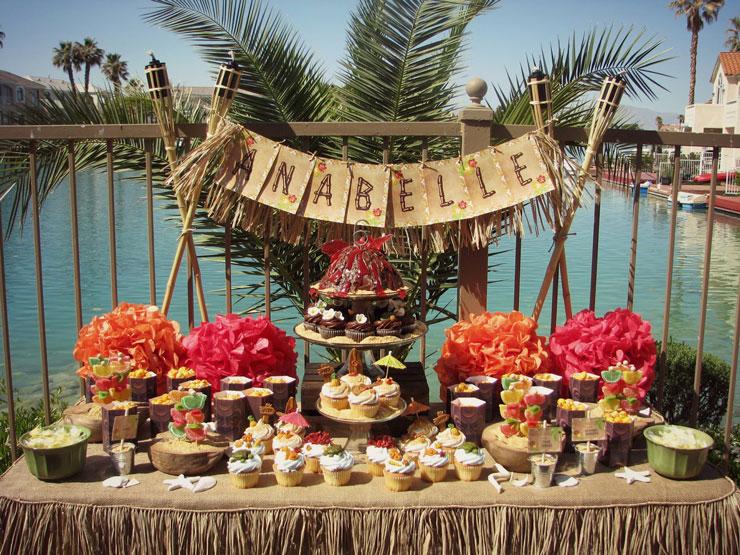 Mesa decorada para festa havaiana ao ar livre