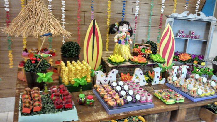 Mesa decorada para festa havaiana