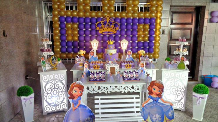 Decoração da Princesa Sofia com painel de balões