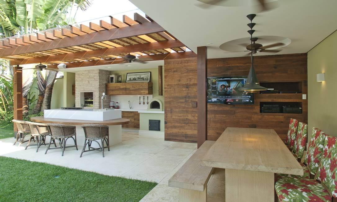 Edícula moderna com churrasqueira e espaço gourmet