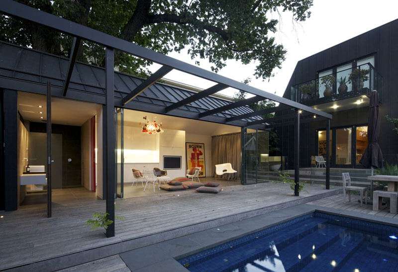 Edícula decorada aos fundos de casa moderna