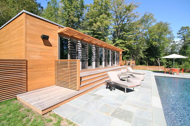 Edícula com paredes de madeira