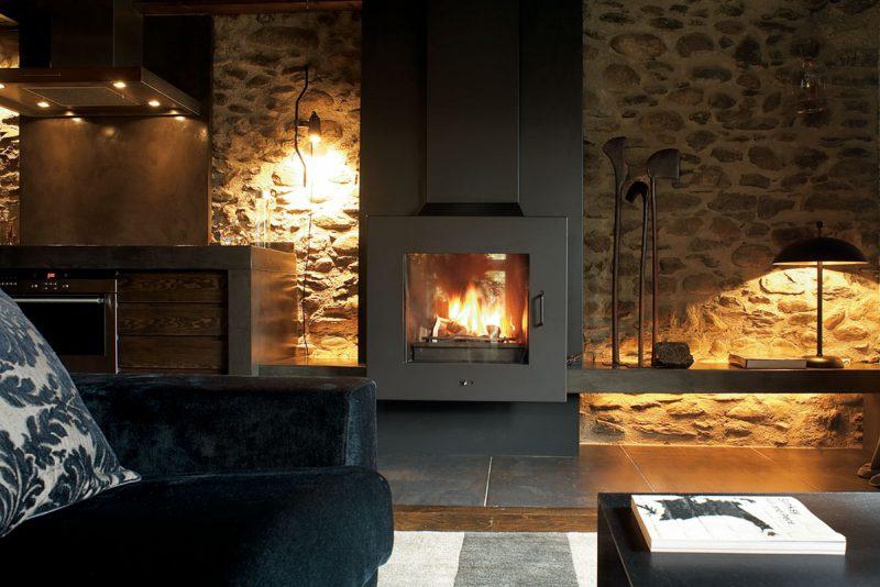 interior de casa no campo com parede de pedra e lareira