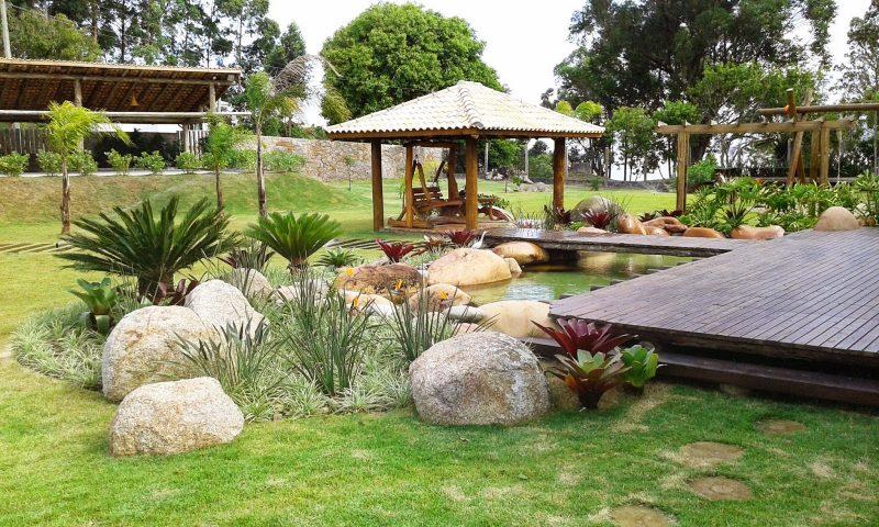 paisagismo rústico usando pedras no jardim