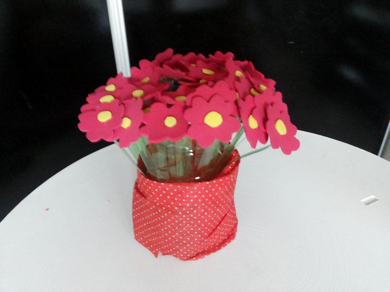 Vaso de Garrafa PET com Flores de EVA