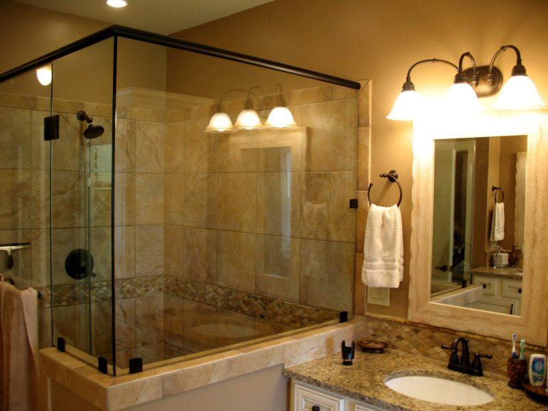 Banheiro com espelho de bronze na bancada