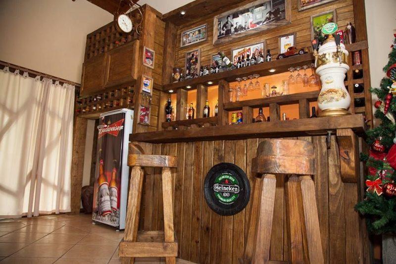 Bar de parede para sala de estar suspensos fotos e ideias for Mobiliario rustico para bares
