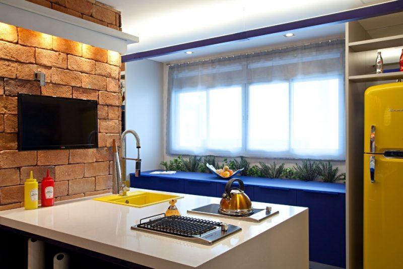 Cozinha Decorada com Azul Royal e Amarelo