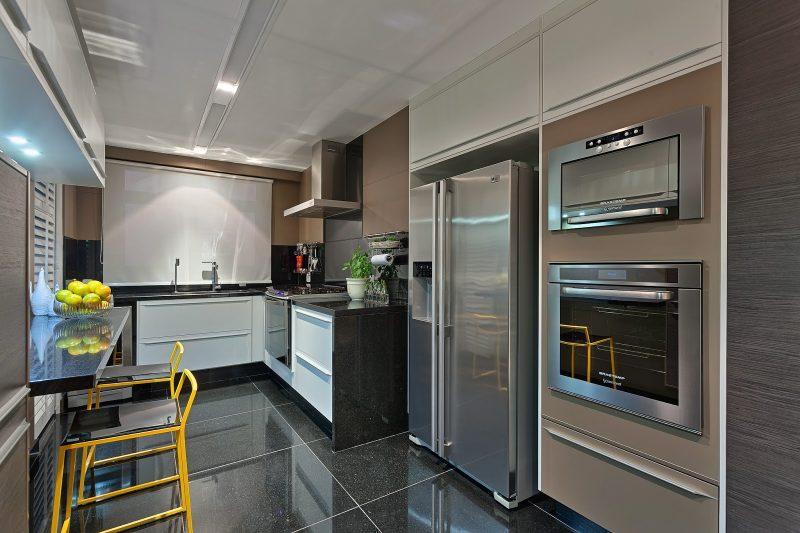 Cozinha com elementos em fendi