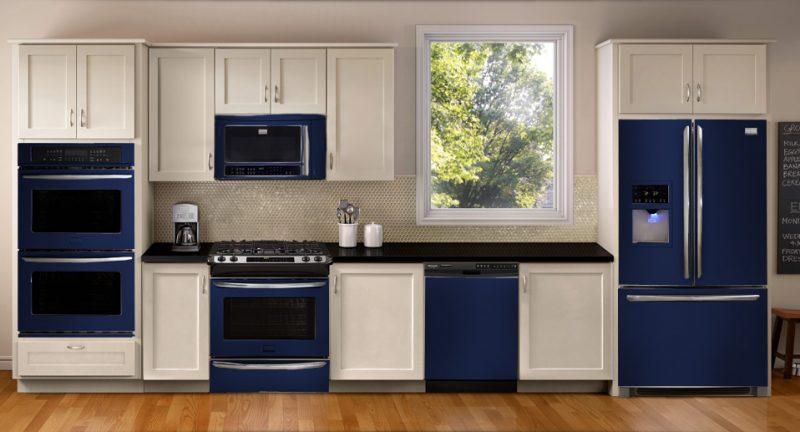 Cozinha Decorada com Eletrodomésticos e Móveis na Cor Azul Marinho